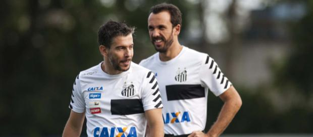 Thiago Ribeiro junto de Leandro Donizete em treinamento.