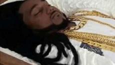 Milionário assassinado é velado em caixão de ouro; vídeo