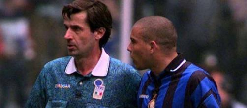 L'arbitro Ceccarini con il fuoriclasse brasiliano Ronaldo
