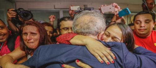 Lula é consolado por militantes na sede do Sindicato dos Metalúrgicos do ABC / Foto: Ricardo Stuckert