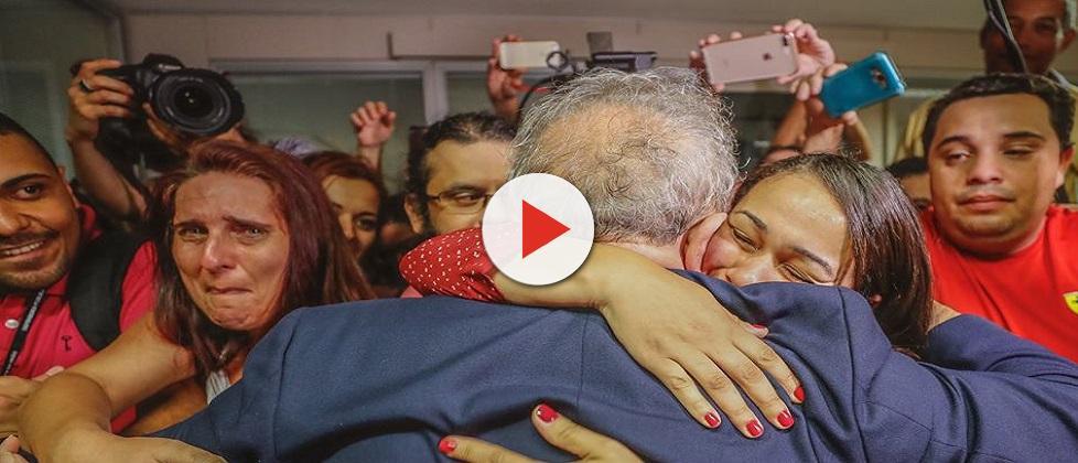 Moro decreta prisão e ordena que Lula se entregue em Curitiba até as 17h