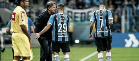 Este elenco gremista foi campeão da Libertadores