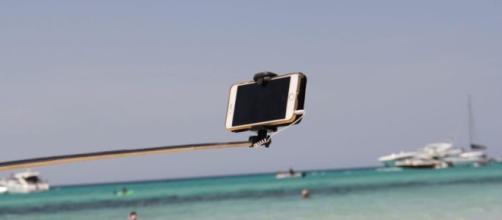 Genitori distratti mentre si scattano un selfie, il passeggino col bimbo finisce in mare.