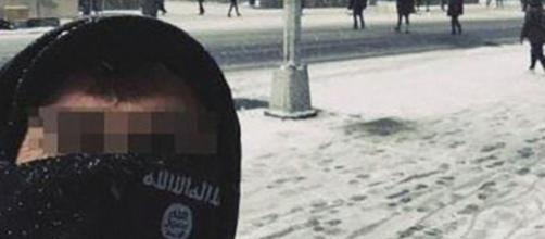 Il selfie modificato dall'Isis che ha fatto scattare l'interrogatorio del turista italiano