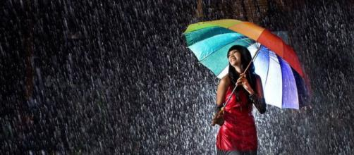 La lluvia es un inconveniente para caminar. Public Domain.