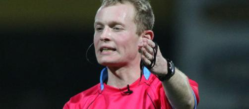 Robert Hicks was the referee on Friday night, but the linesmen were to blame for the terrible try decision. Image Source - you-are-the-ref.com