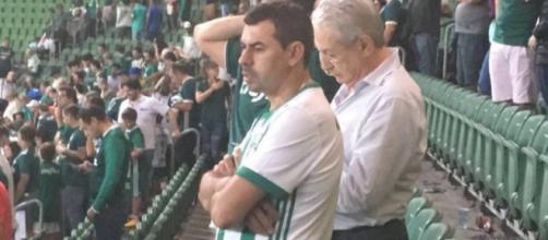 Suposta foto do treinador no estádio