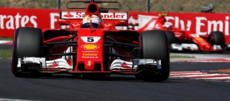 Sebastian Vettel de Ferrari de Alemania celebra con su equipo después de marcar el ritmo en Bahrein