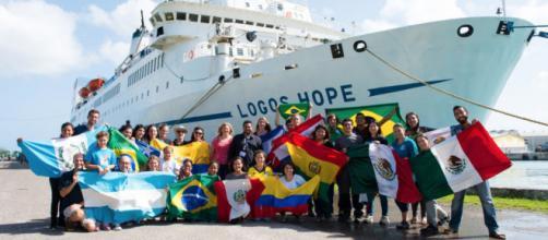 Embarcação marítima cruza os mares para doar conhecimento e outros serviços