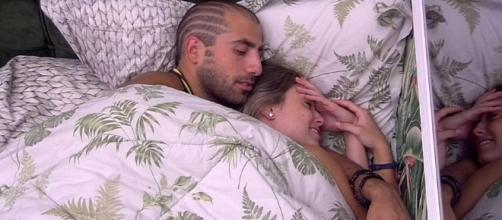 Kaysar fez Jéssica gemer debaixo do edredom do BBB18 (Foto: TV Globo)