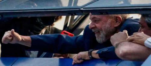 L'ex-président brésilien Lula s'est rendu à la police et a passé sa première nuit en prison