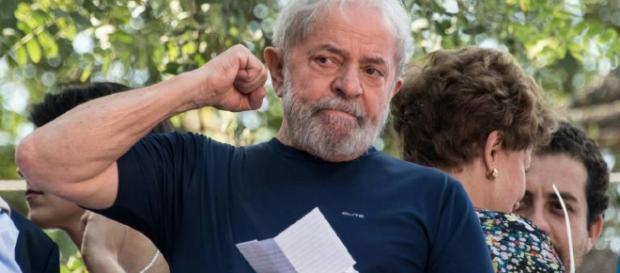 Brésil : Le dernier discours d'homme libre de Lula avant qu'il purge sa peine de 12 ans