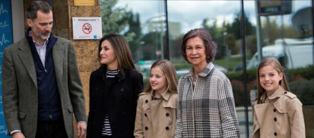 La Familia Real entrando en el hospital