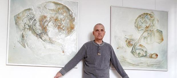 Obrazy: 'Pożegnania. Portret' i 'Łagodne pogodzenie się w przechodzenie' oraz ich twórca Waldemar Dąbrowski (fot. A. Dąbrowska)