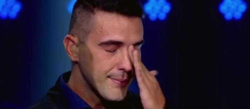 Andre Marques cai no choro após a final do 'The Voice Kids'