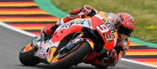 Marquez fuori di testa: va contromano, abbatte Valentino Rossi ed altri 4 piloti