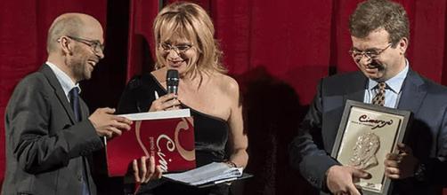 Simone Perugini (a sinistra) riceve il Premio Domenico Cimarosa. Fonte foto: www.premiointernazionalecimarosa.com