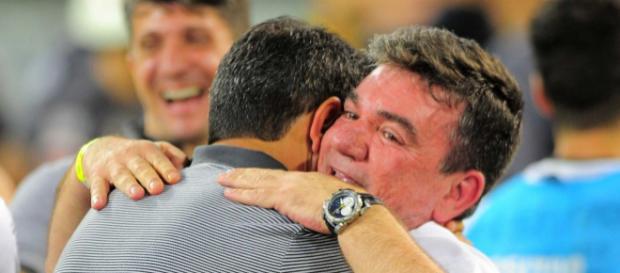 Andrés abraça o treinador Fábio Carille