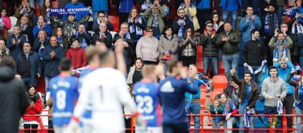 Los jugadores del Real Oviedo celebran la victoria ante su afición. Foto: La Liga