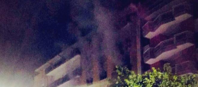 Lecce, incendio pauroso, evacuata una palazzina: le foto