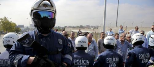 Foram os homens da EPRI da PSP que acorreram ao local onde ocorreu a desordem na via pública