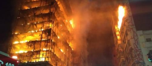Incêndio em prédio de São Paulo começou de madrugada (Divulgação/Bombeiros)