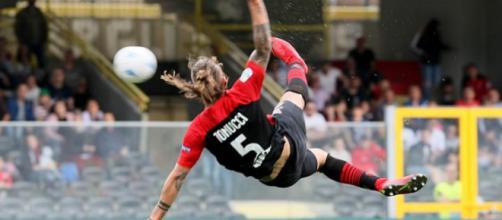 Nella foto della Lega B, Tonucci colpisce il pallone in acrobazia e realizza il 2-0