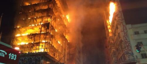 Prédio em chamas desaba em São Paulo