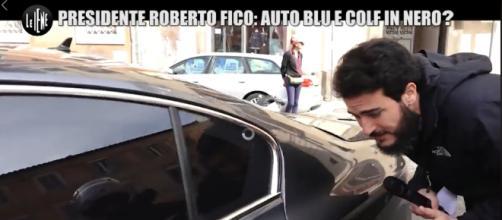 Roberto Fico mentre scappa con l'auto blu