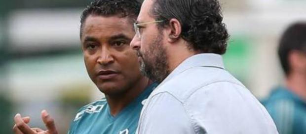 Roger Machado e Alexandre Mattos, em uma conversa, (foto reprodução).