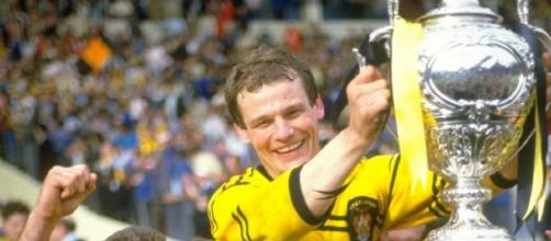 John Joyner lifts the Challenge Cup in 1986. Image Source: skysports.com