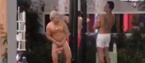 Ken umano al Grande Fratello fa la doccia nudo
