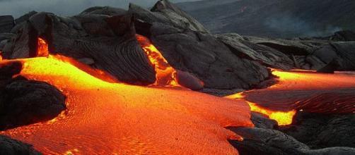 La lava del volcán es implacable en su lento movimiento