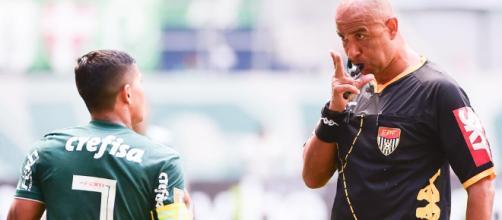 Marcelo Aparecido dá pênalti em Dudu e volta atrás. (foto reprodução).