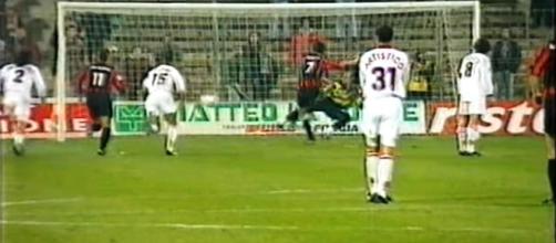 Zanchetta segna su calcio di rigore il gol del momentaneo 1-0 in Foggia-Salernitana 2-0 del 1° febbraio 1997