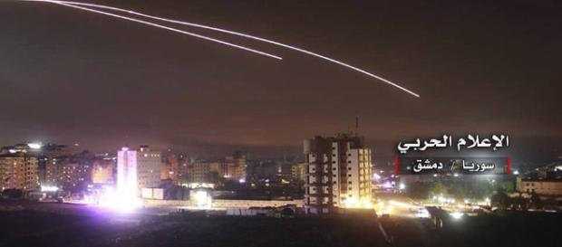 Fotografie publicată de mass-media din Siria arată rachete israeliene care lovesc Damascul - Foto: Daily Mail ( © AP)