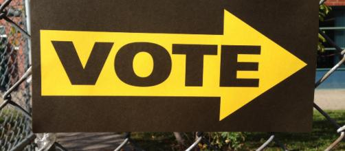A sign directing people where to vote. (Image via landrachuk/Pixabay.)