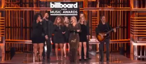 Creating her own form of combination of songs, Kelly Clarkson kills it for the Billboards. - [slaymeclarkson / YouTube screencap]
