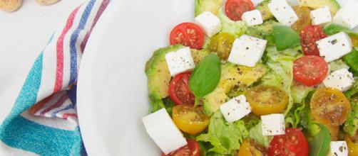 Receta casera: aguacate con tomates y verduras verdes