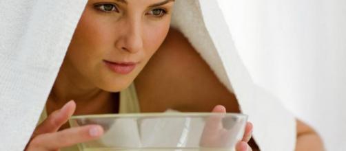 Suffumigi, fitoterapia e non solo: ecco come alleviare i sintomi della sinusite con dei rimedi naturali