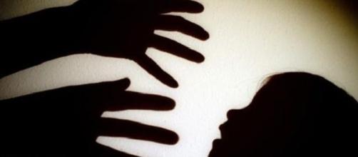 Accusa per abuso di minore: l'ex bidella che si toglie la vita