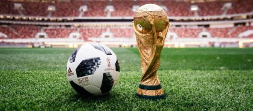 El balón de la Copa del Mundo y el trofeo de campeón