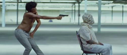 En esta escena, Gambino emula la postura del personaje Jim Crow, figura usada para mofarse de los afroamericanos a principios del siglo XX.