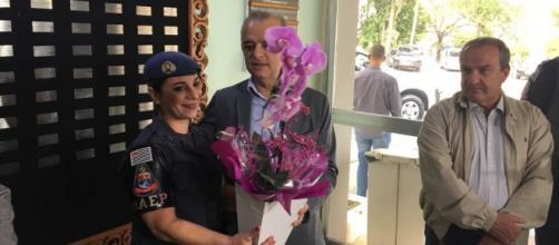 Governador de São Paulo entrega flores à policial que matou bandido durante tentativa de assalto (Foto:Giga Bergamim/TV Globo)