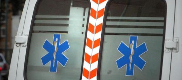 A Napoli 2 casi in 2 giorni: paziente aggredisce operatori sanitari, un passante manda in frantumi vetro dell'ambulanza che colpisce infermiera.
