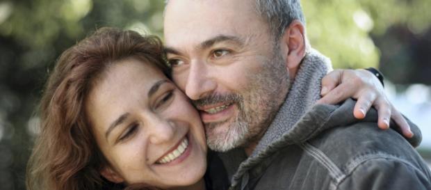 Homens mais velhos são mais experientes e gentis, de acordo com muitas mulheres