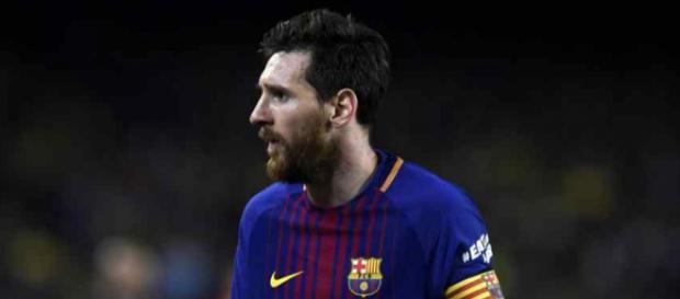 Lionel Messi atento ao que se passa na direção do Barça