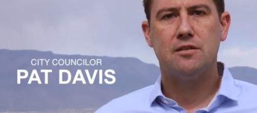 El candidato al Congreso de Nuevo México Pat Davis se transmite sin censura 'F ... - canoe.com