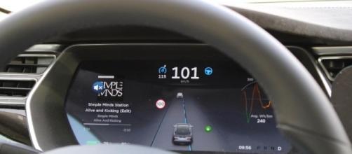 Tesla, auto con pilota automatico si schianta: altro incidente, di chi la colpa? Le dinamiche dell'accaduto