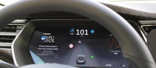 """Tesla, veicolo con """"autopilot"""" si schianta: le dinamiche dell'accaduto le foto"""